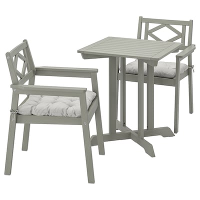 BONDHOLMEN Table+2 chairs w armrests, outdoor, grey stained/Kuddarna grey