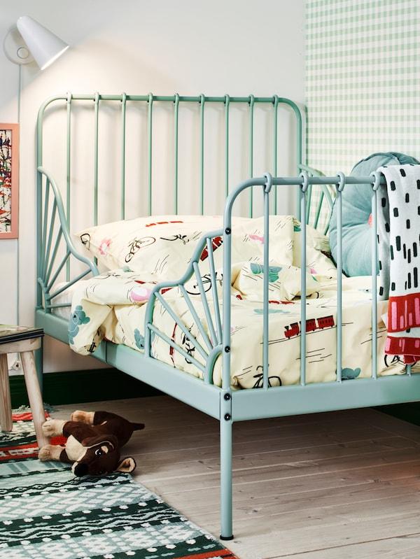 卧室的一角放着一张青绿色的MINNEN 米隆 可加长床,床上铺着KÄPPHÄST 谢普海斯特 被套和枕套。