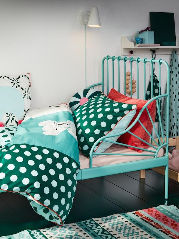 青绿色可加长床架,以及青绿色、绿色和白色相间的KÄPPHÄST 谢普海斯特 印花床上用品。