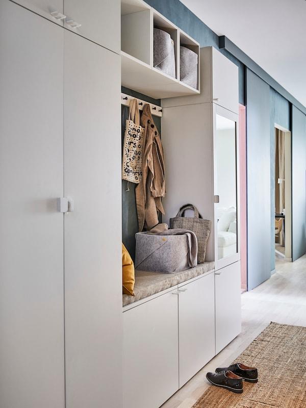 一个PLATSA 普拉萨 储物组合靠墙摆放,配白色FONNES 福纳 柜门和内置的座椅区。