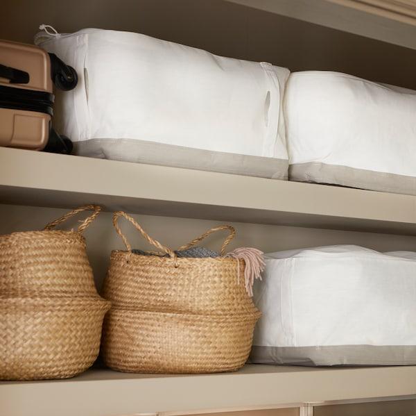 壁装搁架用来为家庭提供储物。上面放着FLÅDIS 弗拉迪 水草储物篮和LACKISAR 拉克伊萨 储物袋。