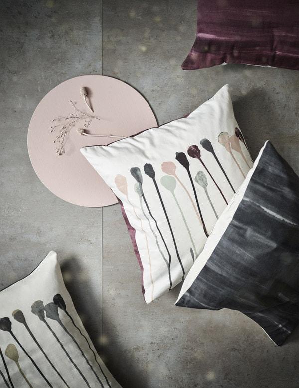 100%纯棉垫套,有米色/粉色或者灰色/米色两种颜色搭配,图案以花朵为灵感。背面为纯酒红色或纯灰色。