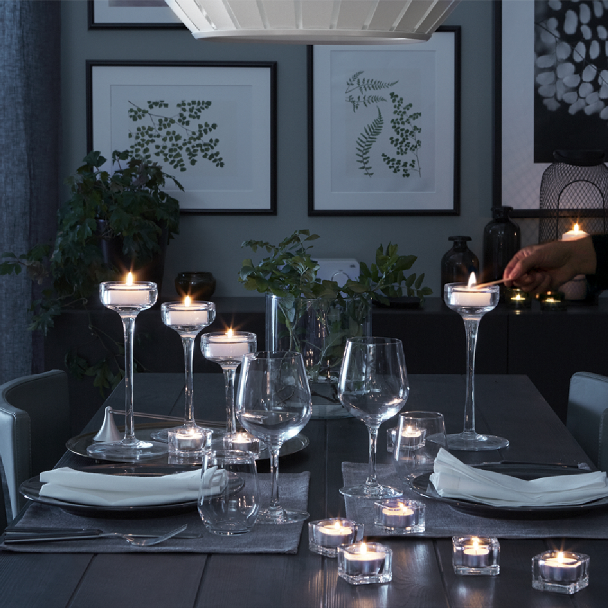 Romantic dinnertable with candles and soft lighting for a relaxing mood.