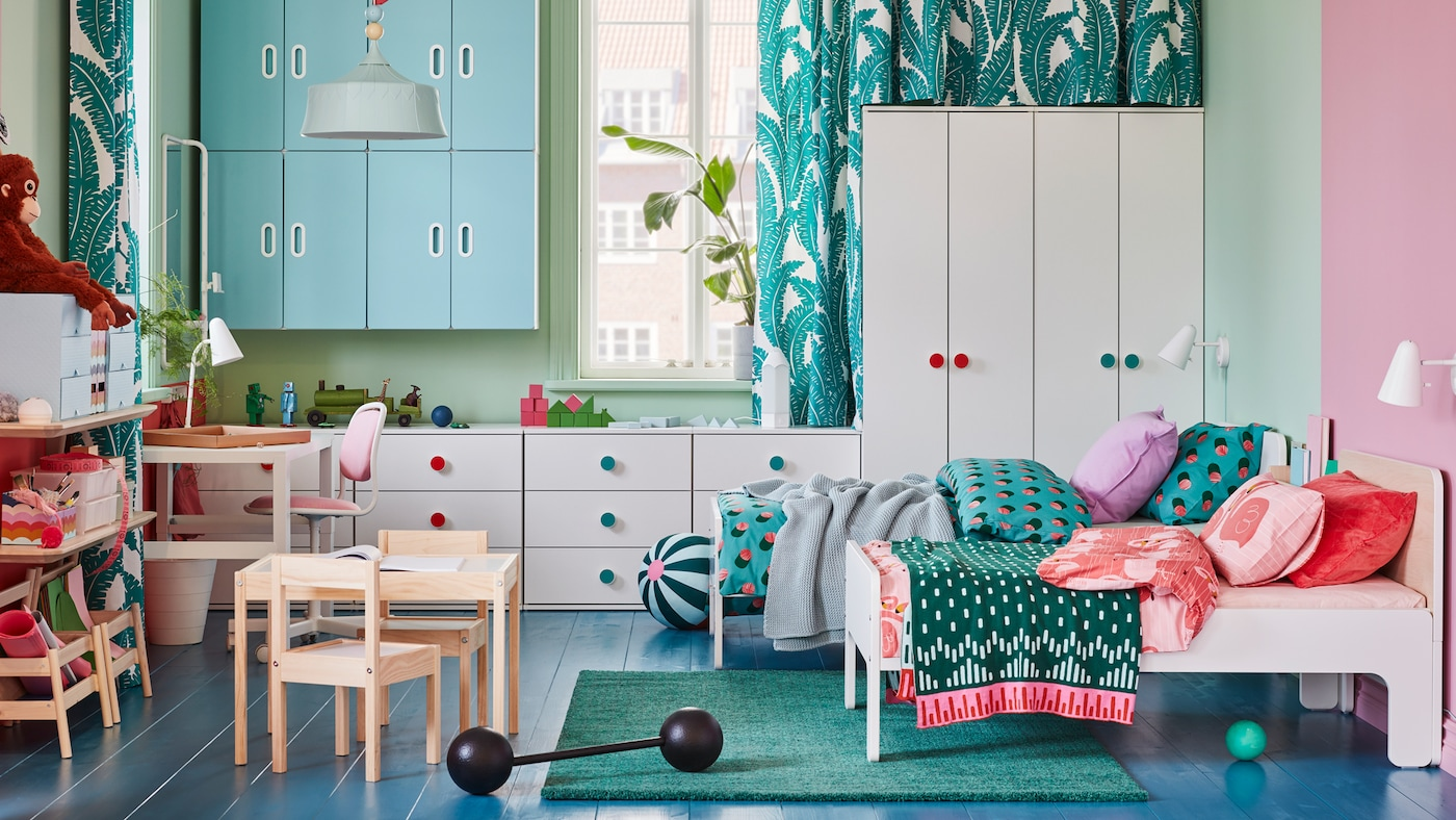 A children's room with two SLÄKT beds, GODISHUS wardrobes and chests of drawers and STUVA/FRITIDS wall cabinets.