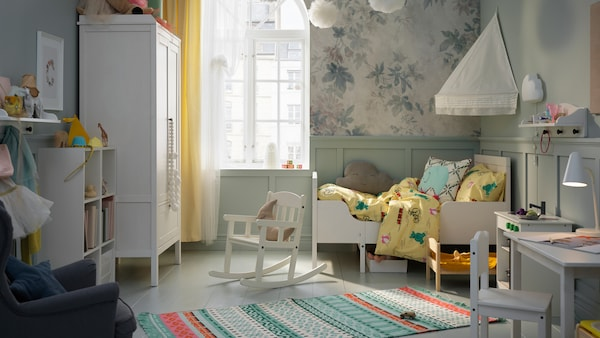 A child's bedroom with a SUNDVIK extendable bed, wardrobe and rocking-chair. A KÄPPHÄST rug lies on the floor.