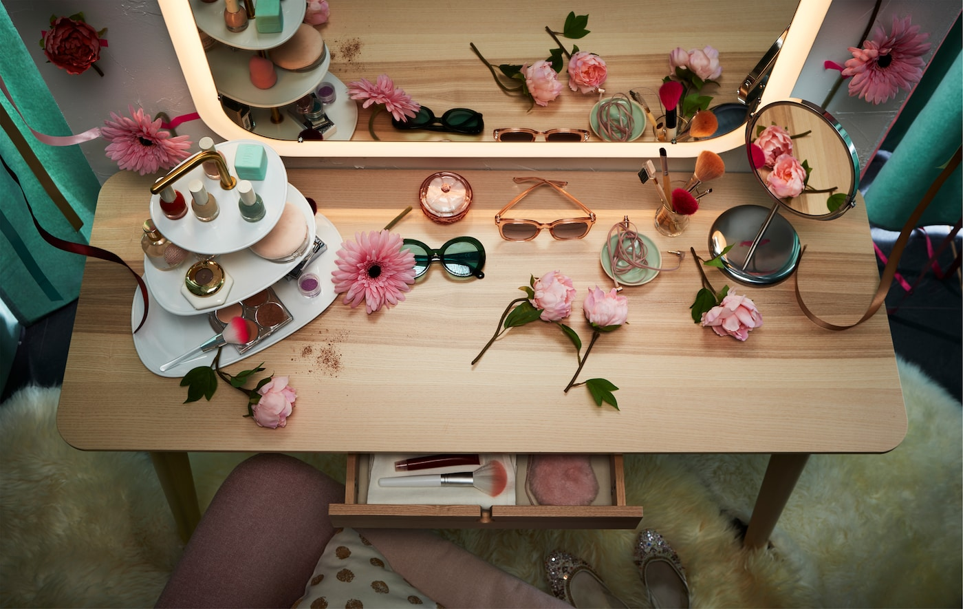 A LISABO desk being used as a makeup table together with a STORJORM mirror with integrated lighting.