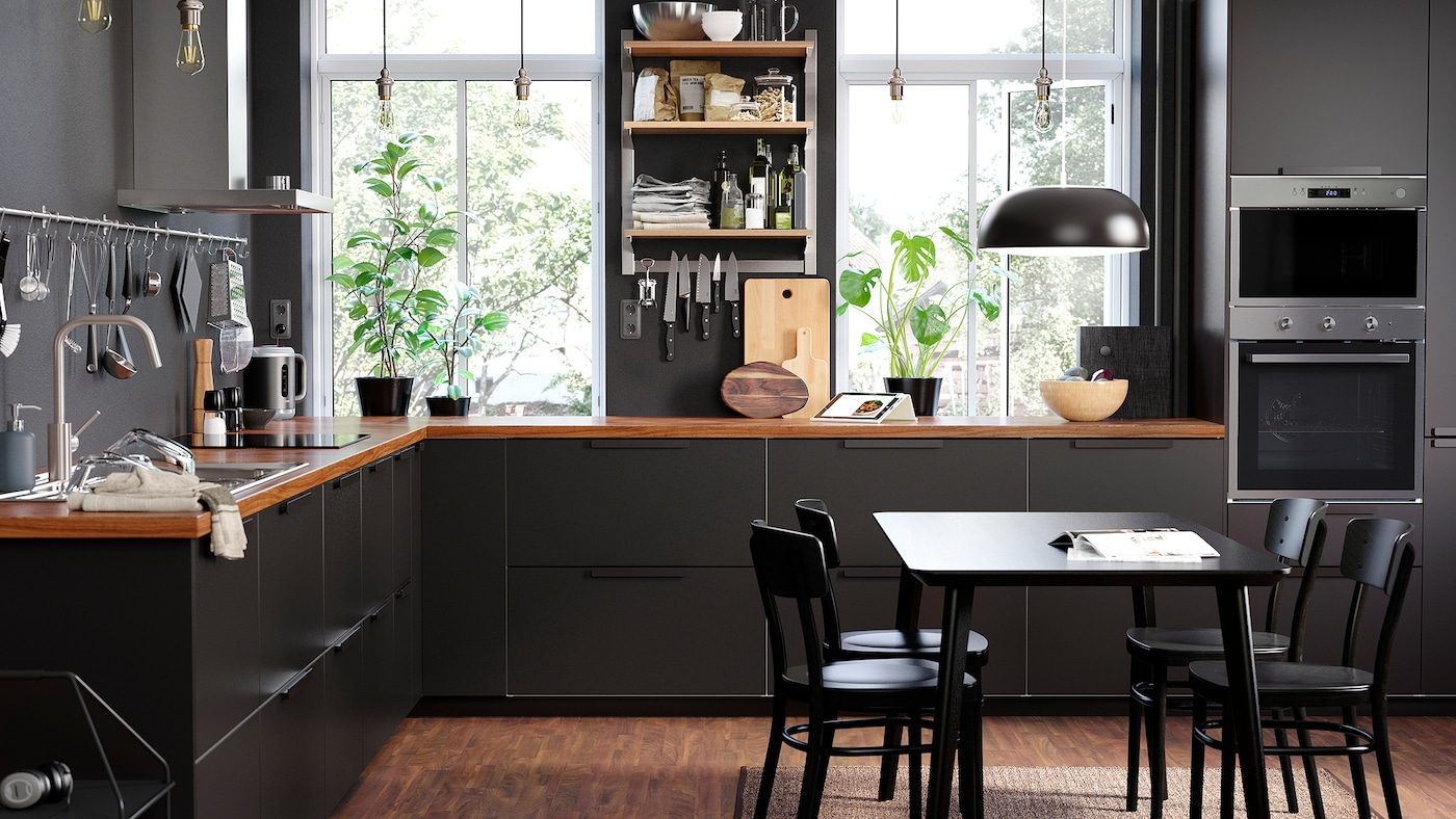 A sleek kitchen with an open KUNGSFORS suspended rack with shelves and closed KUNGSBACKA drawers in anthracite.