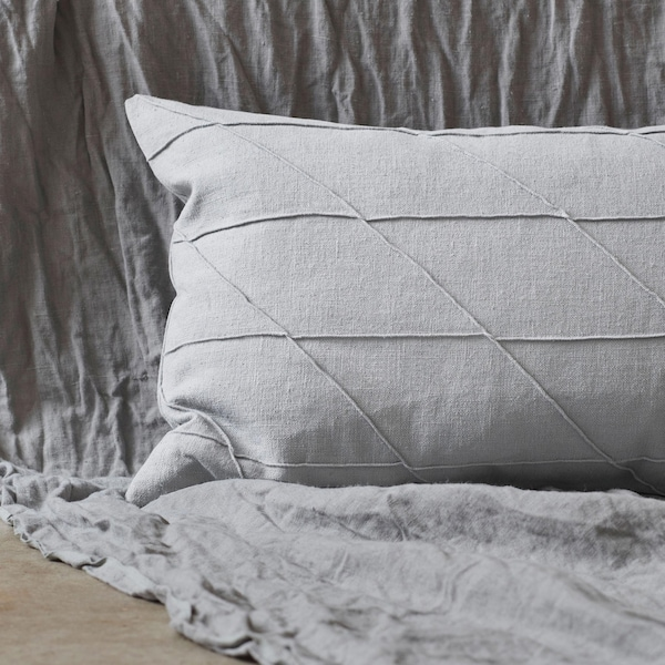 Add a finishing touch to a sofa or bed with the HARÖRT cushion in grey ramie with stitching details, and duck feather filling. It gives a luxurious and tactile feel that you will love.