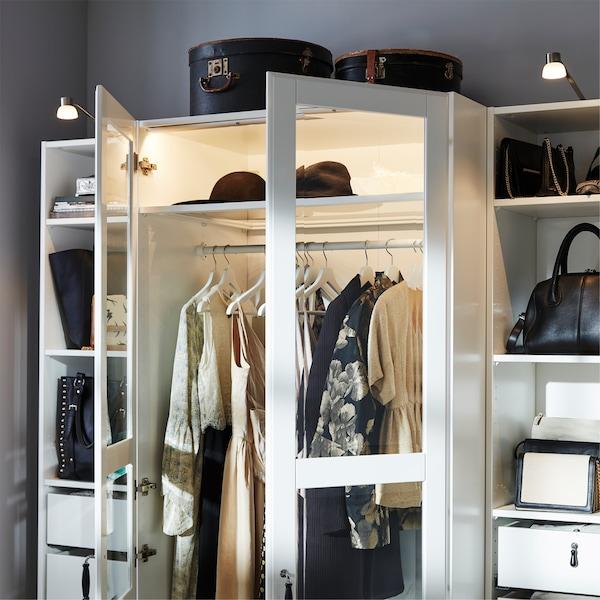 白色玻璃柜门衣柜、铝色照明棒和镀镍柜灯。