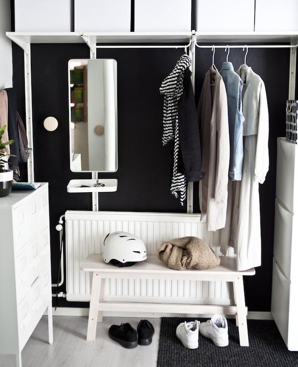 白色挂杆,白色搁板,上面摆放着储物盒,下面是一条白色长凳。
