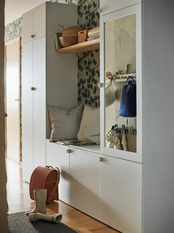白色PLATSA 普拉萨 衣柜组成的门厅储物组合,共有带九个柜门,中间可坐人。