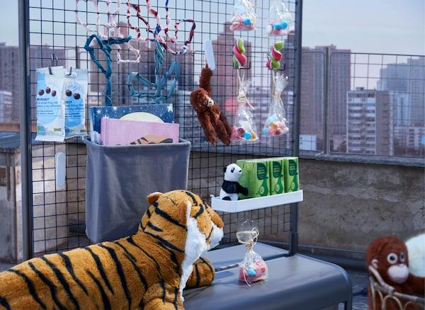 白天,放有小吃和饮料的临时茶点台放在屋顶上,一只凶猛的老虎守护着它。