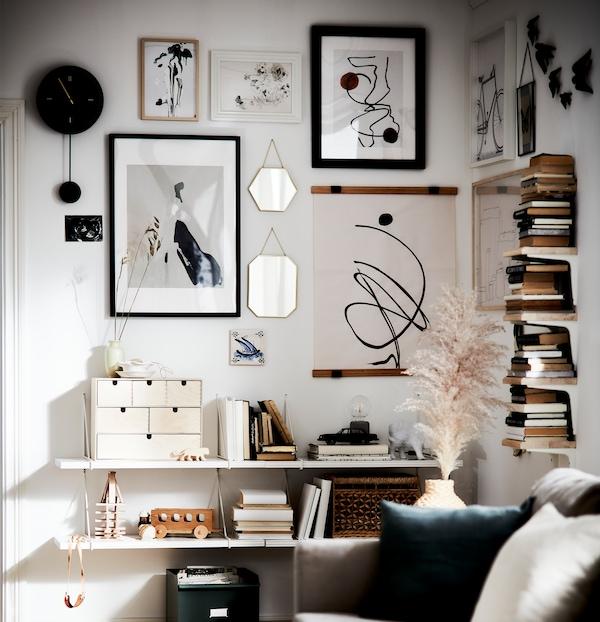 摆放着二手书的客厅里,充满着各种天然材料的点缀,以及以白色、黑色和燕麦色为配色的艺术墙。