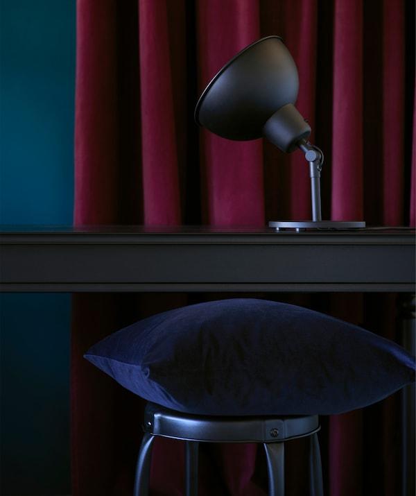 本季,以浓郁的深宝石色调搭配工业风格的黑色木材。