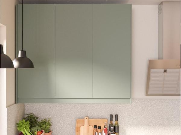 壁挂式橱柜带灰绿色柜门,表面光滑实用、防潮抗污。