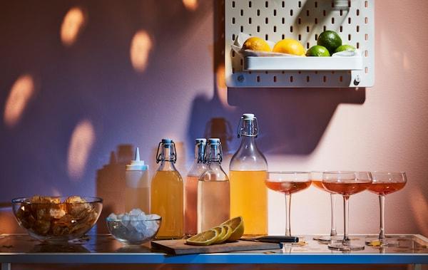 边桌展示饮料、水杯和配饰。上方墙面上,SKÅDIS 斯考迪斯 钉板上摆有柠檬和青柠。