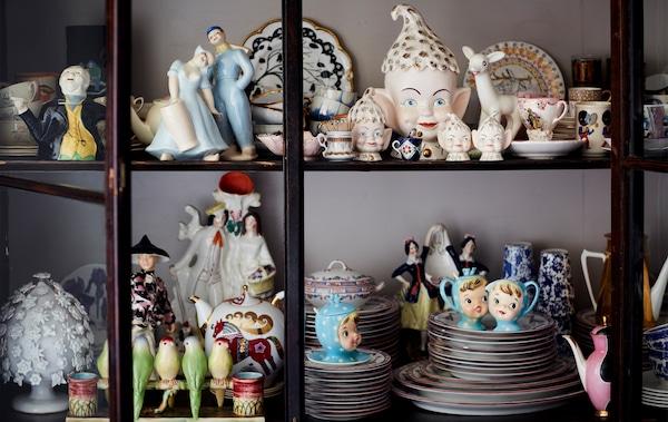 玻璃门柜中摆放着一系列瓷器饰品。