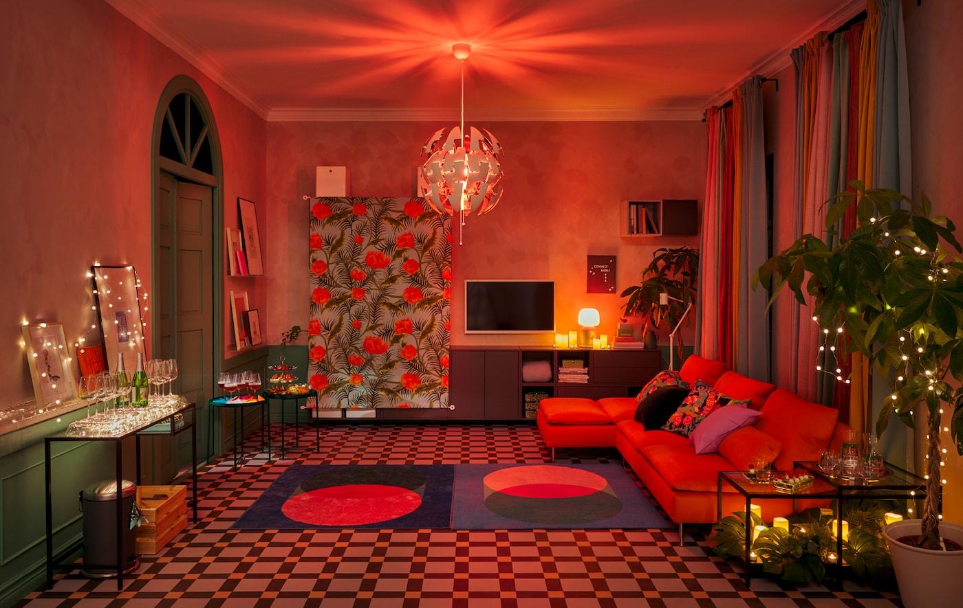 布置客厅,为派对做准备:沿墙摆放家具,空出宽敞的舞池,用装饰品和灯具营造俱乐部氛围。