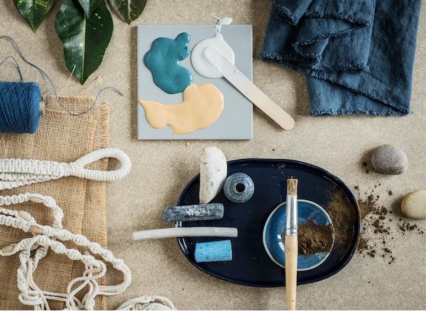 采用自然风格装饰,让客厅焕然一新。添置中性色调的家具和蓝色装饰元素。