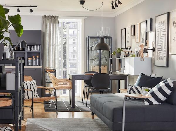 餐厅和客厅相结合的设计,利用藤编家具、棕色、灰色和炭黑色,打造出风格统一的环境。