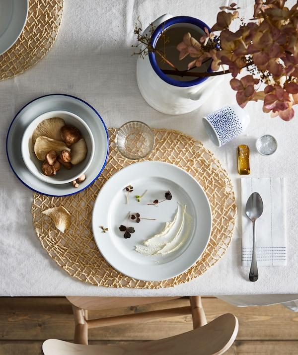 餐桌上摆放着一人份的餐食,布置方式充满艺术气息,色彩、形状、装饰和谐统一。