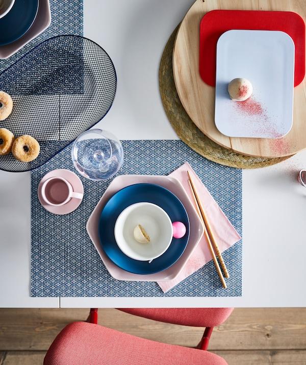 餐桌上摆放着一人份的甜点,布置方式充满艺术气息,色彩、形状、材料和谐统一。