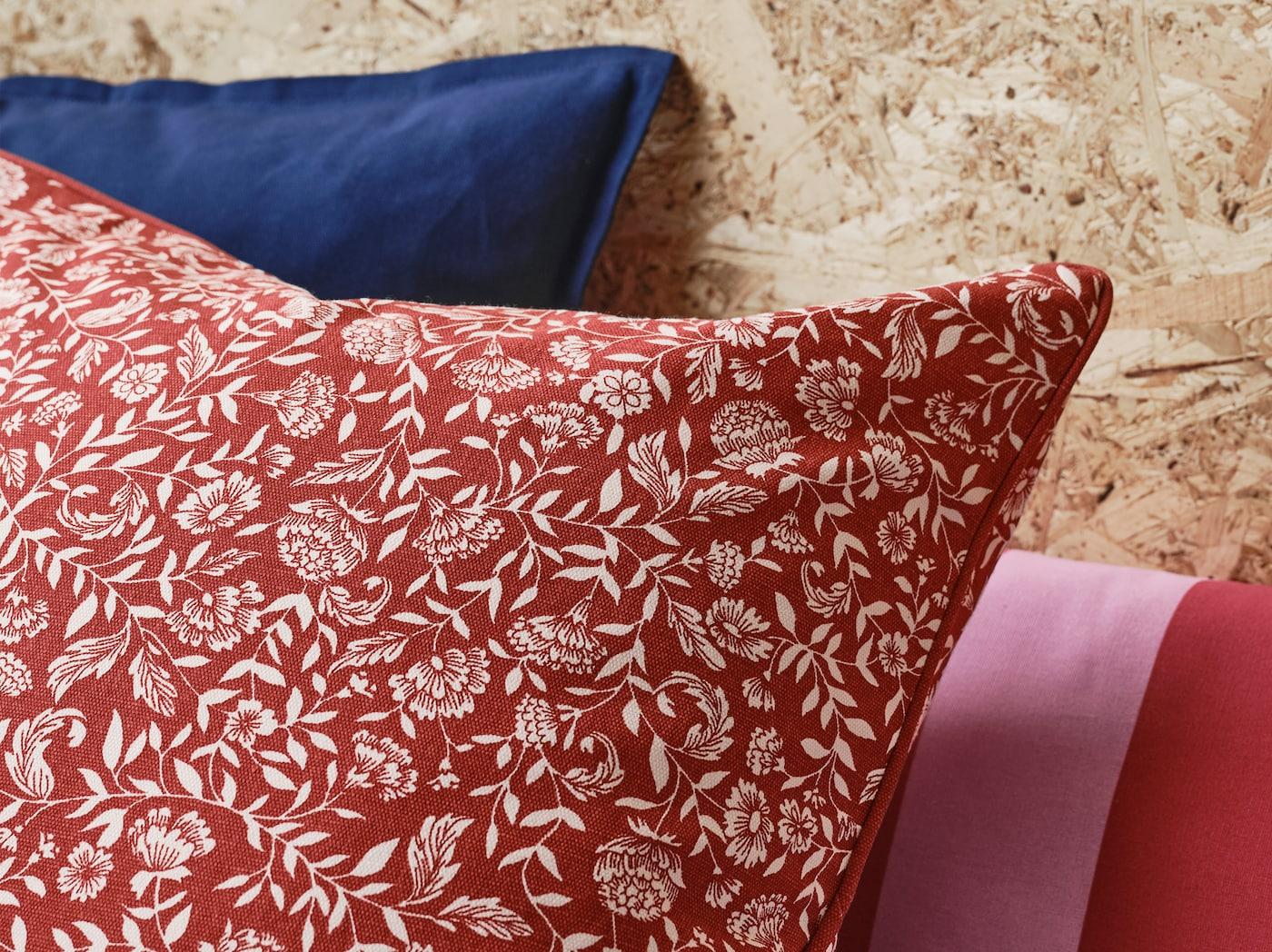 产品特写:饰有传统斯堪的纳维亚红白花卉图案的EVALOUISE 伊瓦璐 垫套。