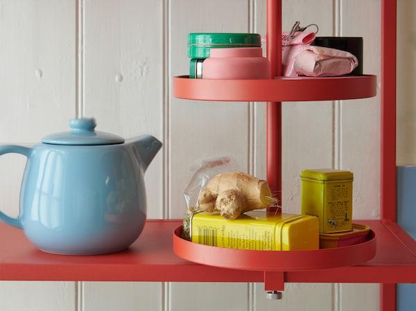 产品特写:一块橘红色ENHET 安纳特 厨房用旋转搁板上放着各种罐子、包装,还有一些生姜。