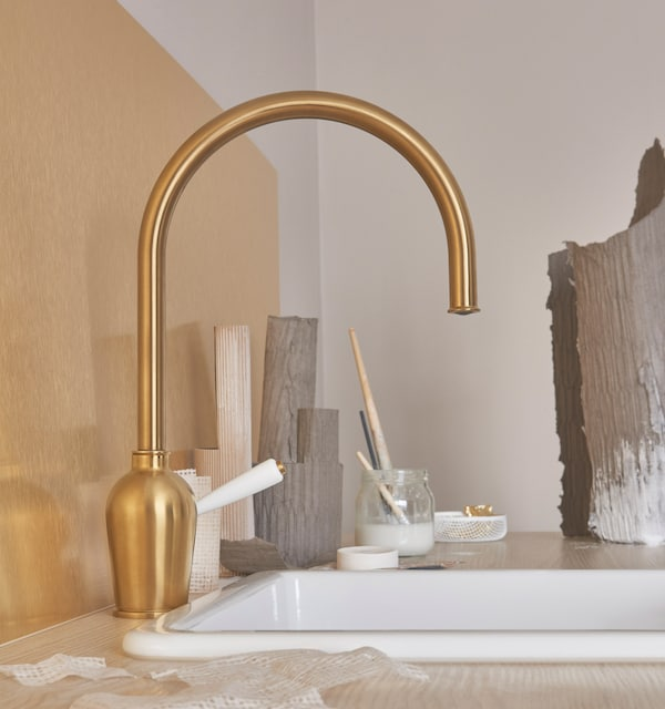 Check out this beautiful IKEA INSJÖN tap in brass-colour with a porcelain handle. Like all taps at IKEA, the INSJÖN tap is water saving, too.