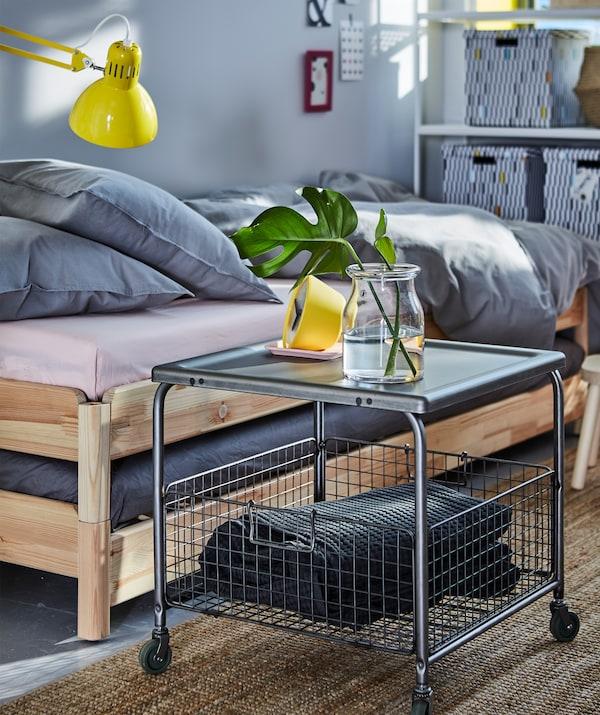 充分利用小卧室储物空间!白天,用下方带有开放式网篮的茶几存放枕头。