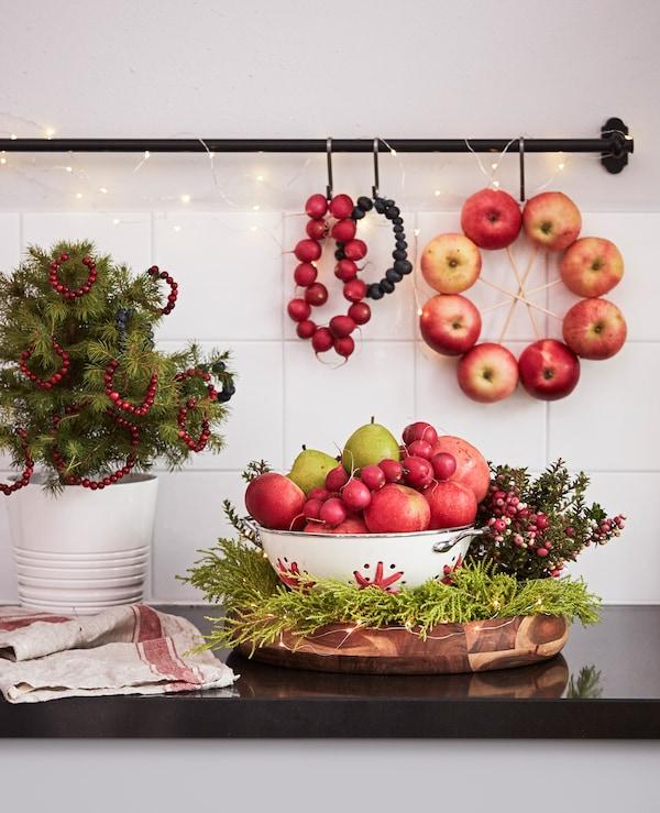厨房操作台上放着水果和植物。