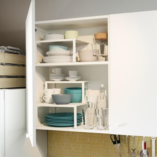 厨房柜门敞开,内部装有 VARIERA 瓦瑞拉 白色搁板插件,可以有条不紊地分隔和收放碗碟等。