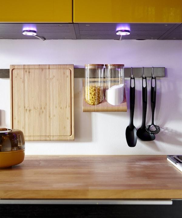 厨房里安装着橱柜射灯,还有悬挂式厨具架。