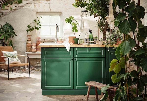 厨房内洒满阳光,绿意盎然,还有醒目的绿色柜门。