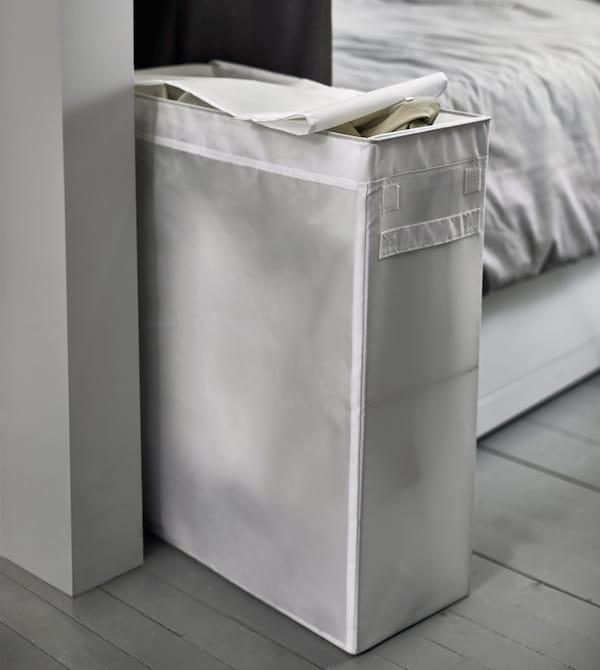 床的支脚处悬挂了一个狭长的洗衣袋。