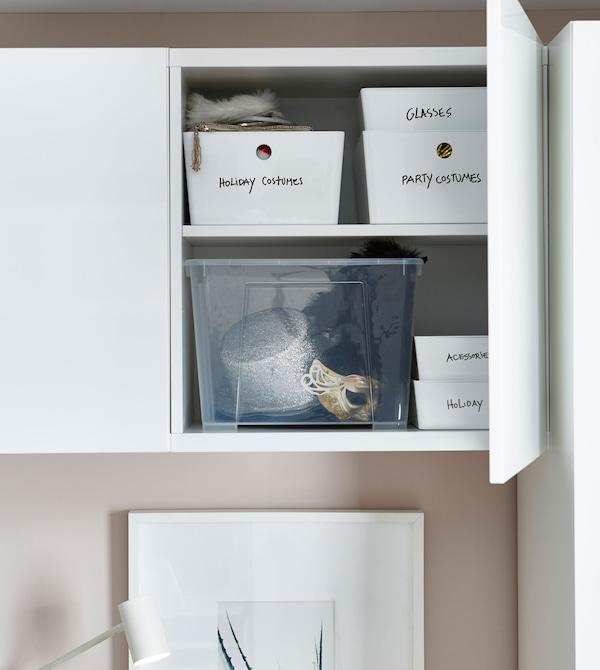 床上方的储物柜柜门敞开,能看到里面码放整齐的储物盒,盒上还细心地做好了标签。