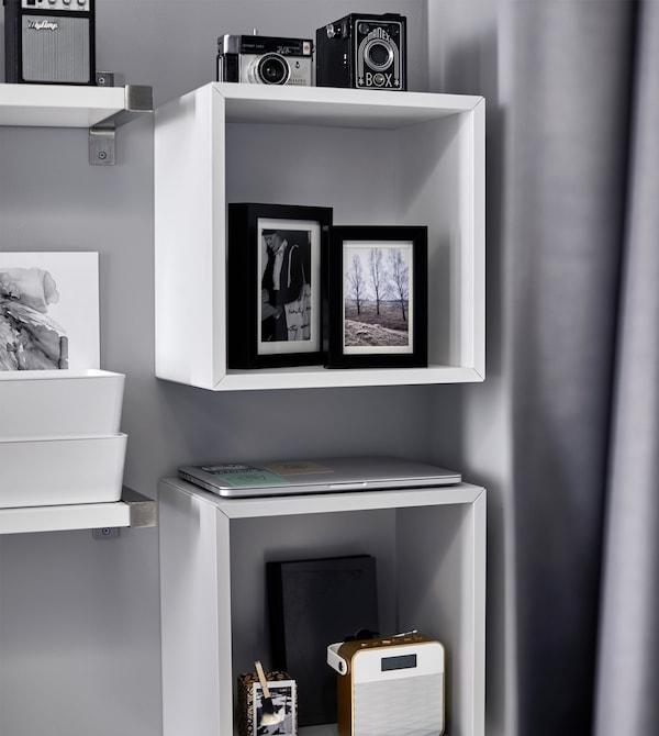 床上方的搁板用于展示照片、相机和音响。