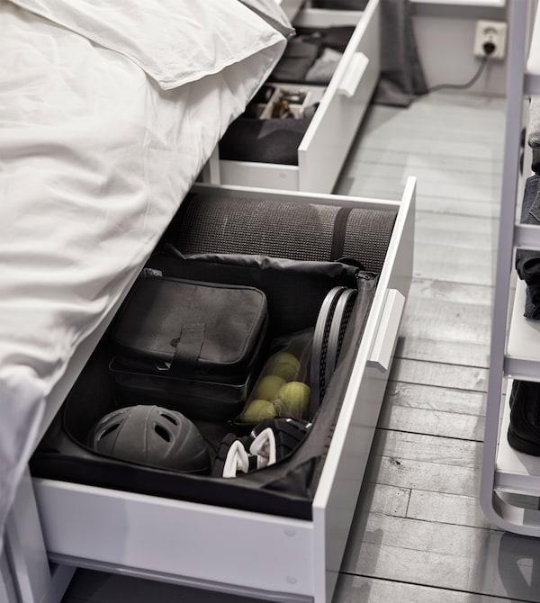 床下的抽屉中放有内部收纳件,可将运动装备整理得井井有条。