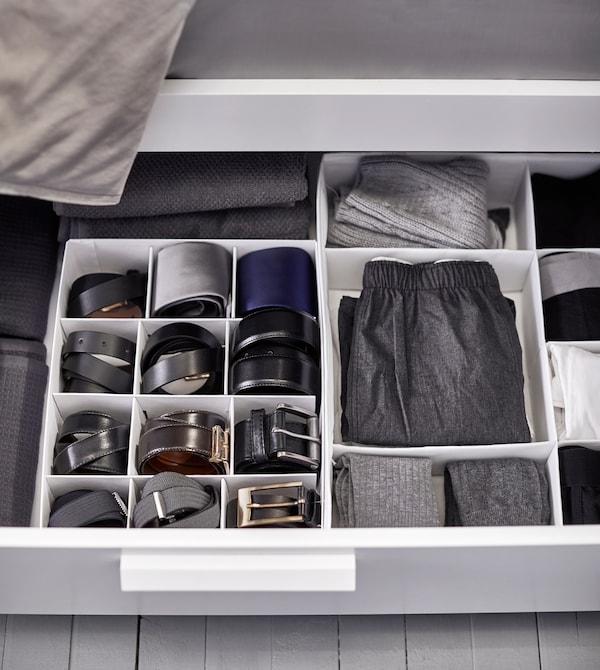 床下的抽屉中放有内部收纳件,让衣物和腰带收纳得更加整洁。