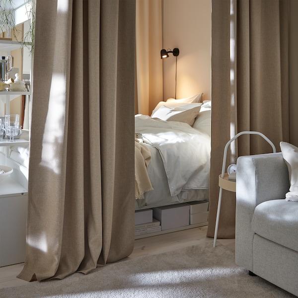 床在米色挂帘之间半隐半现,窗帘的设置能够打造温馨惬意的睡眠环境。
