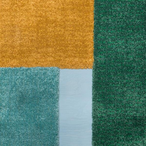 纯青绿色、黄色和绿色宜家 LANGSTED 兰斯泰德 短绒地毯的切割边缘。 切割边缘令你可以将地毯铺满地板或并排放置,无须担心出现接缝。