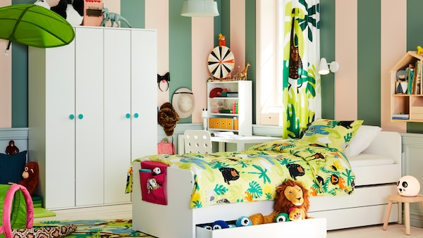 丛林主题的儿童房中央,放着一张SLÄKT 斯莱克 床,带床中床和储物抽屉,旁边放着两个GODISHUS 古迪胡斯 衣橱。
