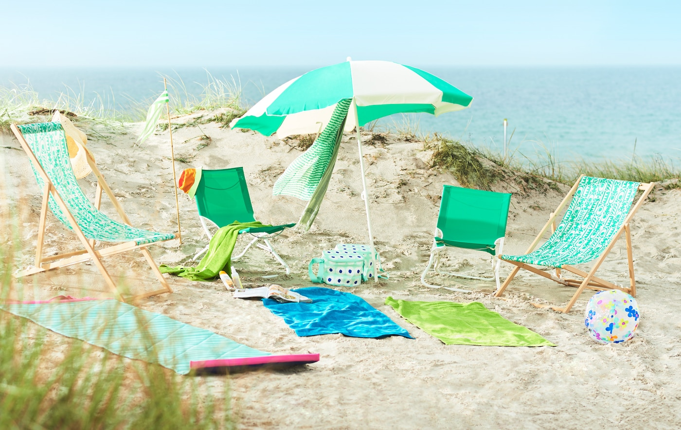 Create a stress-free family beach trip by using outdoor furniture in lightweight material that's made for sun, sea and wind.