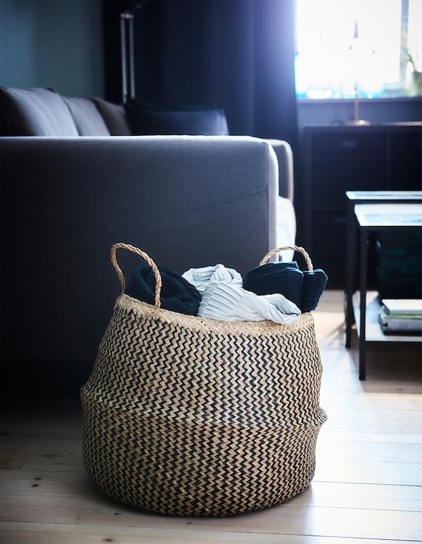 存储物品未必非要依靠架子和盒子。你也可以尝试用 FLÅDIS 弗洛迪 等篮筐来存放客厅纺织品。
