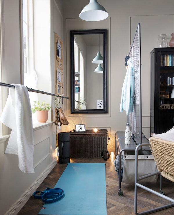 打造你自己的健身房,在家锻炼!使用宜家 VEBERÖD 维布罗 灰色钢制房间隔板,分隔客厅。使用包装中的挂钩,在钢丝网上悬挂热身服或帮助摆出瑜伽姿势。