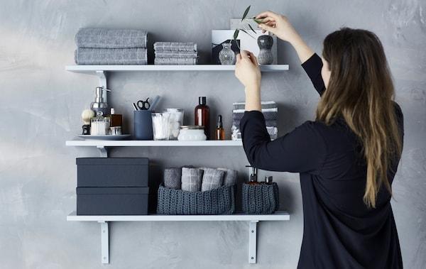 打造素雅实用的浴室墙面展示。