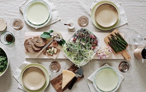 打造野餐风格的午餐餐桌。