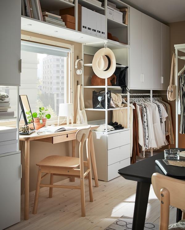 大号 PLATSA 普拉萨 储物组合固定在窗户周围的墙面上,和书桌搭配和谐。