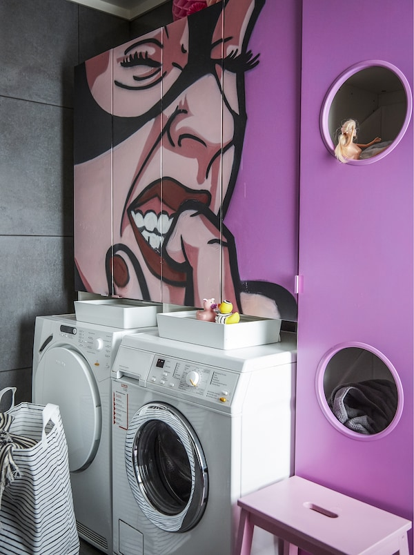 带粉色涂鸦墙的洗手间。
