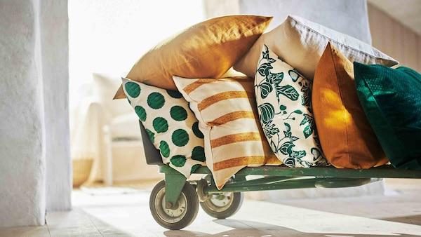 带轮手推车上放着许多春意盎然的软垫。